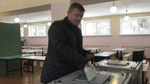 Михаил Исаев пришел на избирательный участок с семьей