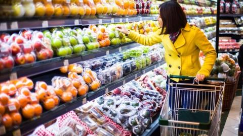 В Самойловке женщина похитила из магазина продукты питания