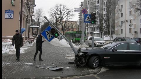 В Пугачеве водитель снес светофор