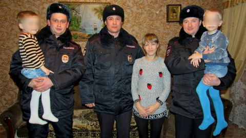 В Степном полицейские спасли мать с двумя детьми из горящего дома