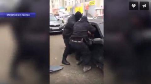 Похитители аккумуляторов закрылись в машине при виде группы задержания