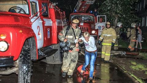 Балаковские спасатели вытащили из огня мужчину и девушку