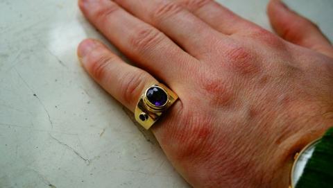 В мужской компании избили гостя и отняли у него золотое кольцо