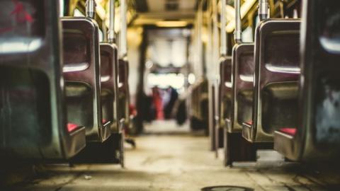 В Саратове при падении в автобусе пострадала пенсионерка