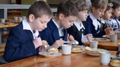 В районной школе детей кормили некачественными продуктами питания
