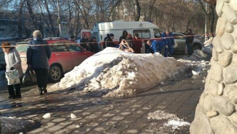 Саратовчанка попала в больницу после падения снега с крыши дома в центре города