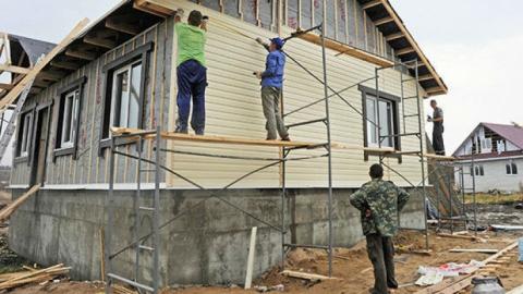 Сотрудники скорой помощи помогали врачу строить дачу