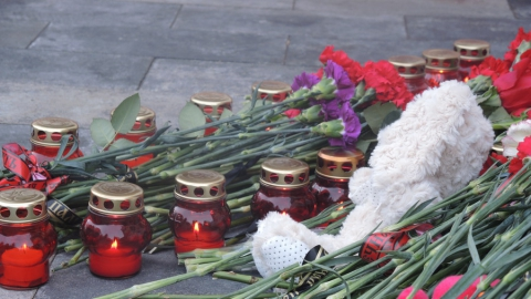 Несколько сотен саратовцев пришли возложить цветы к храму в память о погибших в Кемерово