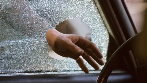 Подростки разбили стекло в машине и пытались похитить колонки