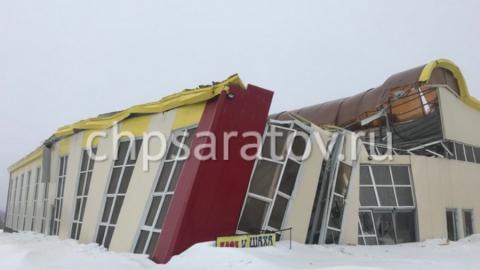 Снежная масса проломила крышу ангара на улице Аэропорт