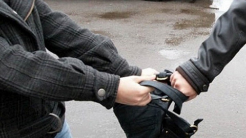 В энгельсском пивбаре рецидивист ограбил мужчину