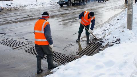 В Саратове начали очищать ливневки от снега и наледи