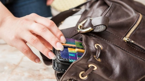 В Саратове женщина украла из дамской сумочки кошелек с деньгами и иконками