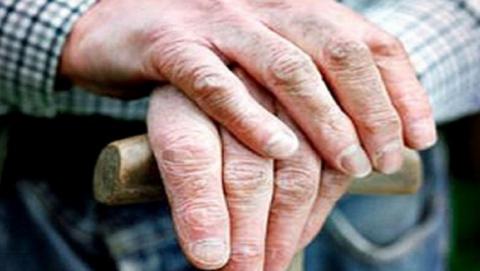 Саратовские спасатели вытащили из загазованной квартиры пожилого человека