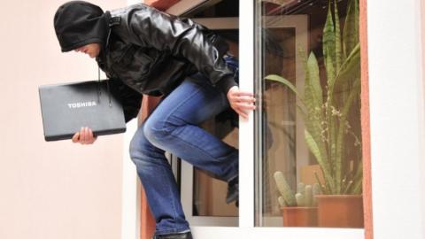 В Ленинском районе продавец избил двух братьев и похитил у них ноутбук