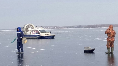 Спасатели эвакуировали с льдины двух рыбаков на Волге