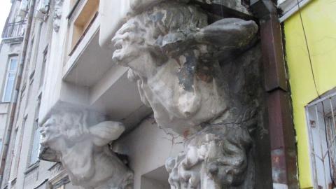 Дом с кариатидами разрушают вандалы