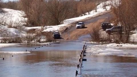 Паводок. Затоплен низководный мост в Лысогорском районе