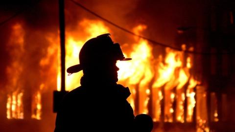 В Саратове пожарные тушили дом на Арбатской