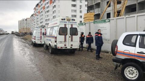 Придавленный плитой на стройке рабочий скончался в больнице в Саратове