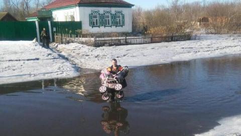 Паводок. Спасатели вызволили из затопленного дома ребенка