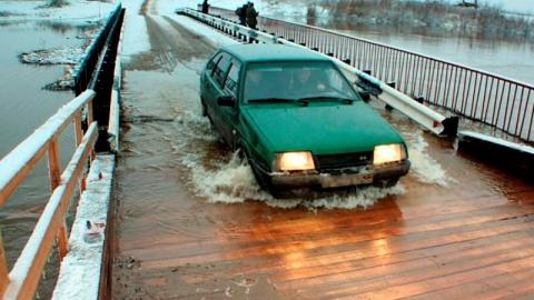 В Саратовской области подтопило мост на реке Медведица