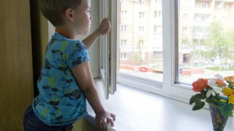 Сотрудники Росгвардии спасли свесившегося с окна восьмого этажа ребенка