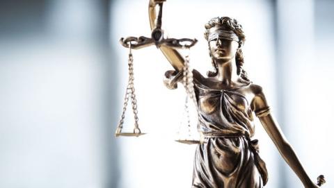 В Саратове осудили получившего от фигуранта уголовного дела 100 тысяч рублей бывшего следователя
