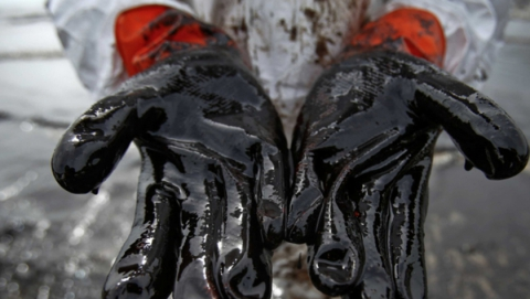 Полсотни спасателей устраняют последствия разлива нефти под Балаково