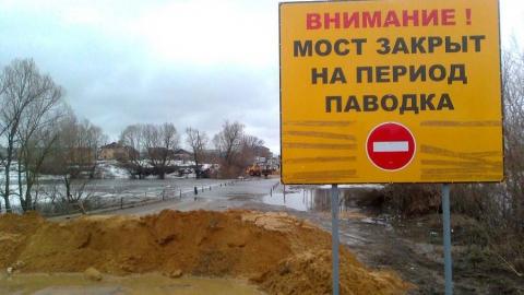 В Саратовской области рекой Камелик смыло с дороги иномарку