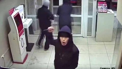 Разбойник под угрозой ножа требовал деньги в салоне связи