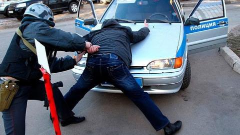 В Кавказском тупике двое парней избили и ограбили прохожего