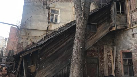 Специалисты обследуют дом в центре Саратова после обрушения стены