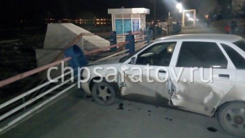 В Саратове автомобиль без водителя сбил пешехода и врезался в ограждение на набережной