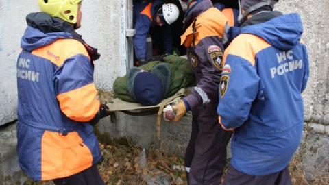 Спасатели вызволили провалившегося под землю мужчину