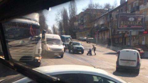На Таксистов образовалась пробка из-за столкновения грузовика с маршруткой