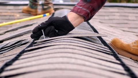 Прокуроры добились ремонта протекающей крыши дома инвалида