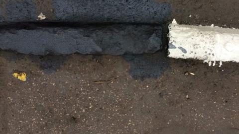 Саратовские коммунальщики красят бордюры в дождь
