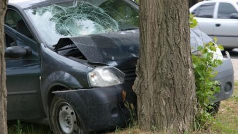 В Балакове автомобилист врезался в дерево