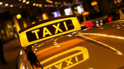 Таксист с другом обокрали пьяного пассажира
