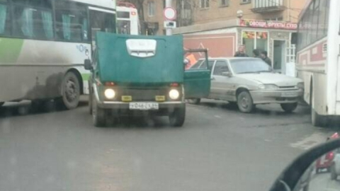 Авария с автобусом парализовала движение на Чернышевского