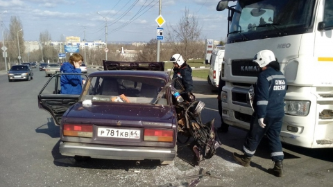 На Новоастраханском шоссе КамАЗ протаранил ВАЗ-2107