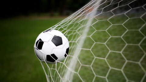 Саратовские футболисты настигли лидера премьер-группы
