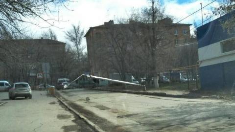 На Артиллерийской упавший столб повис на проводах