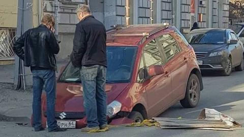 В яму на Первомайской все-таки провалился автомобиль