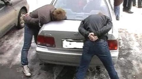 Двое парней разбили витрину магазина и похитили из кассы деньги