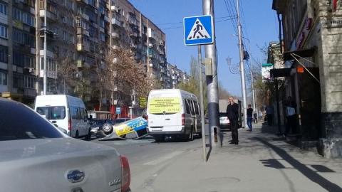 В Саратове на улице Кутякова перевернулось такси