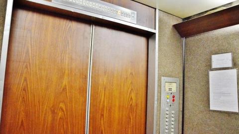 Саратовские стюардессы спрятались от пытавшихся их изнасиловать волгоградцев в лифте