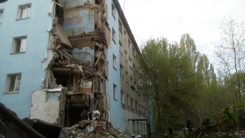 На месте рухнувшего дома идет расчистка завалов