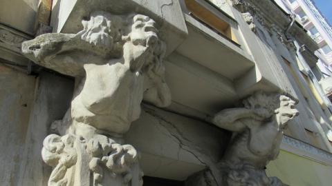 Памятник архитектуры в Саратове «консервируют» кусками мебели